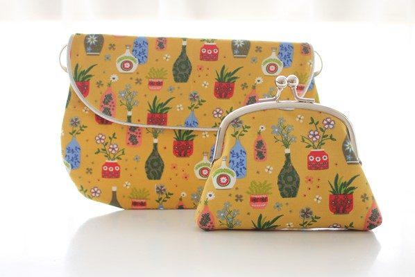sac et porte monnaie avec des plantes